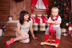 使用与她的圣诞节的孩子的母亲 免版税库存图片