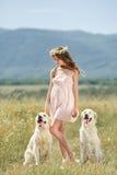 使用与她的在街道的狗的妇女 免版税库存照片