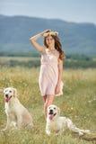 使用与她的在街道的狗的妇女 库存照片