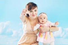 使用与她的女儿的年轻妈妈 免版税图库摄影