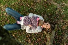 使用与她的女婴的愉快的母亲鸟瞰图 库存照片