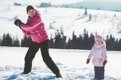 使用与她的孩子的母亲户外 免版税库存图片
