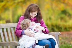 使用与她的孩子的年轻美丽的母亲 免版税库存照片