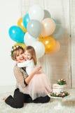使用与她的小女儿的愉快的妈妈 气球生日束日历概念日期愉快的藏品人缩样说身分 母亲` s日概念 图库摄影
