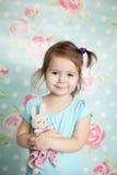 使用与她的小女孩编织了玩具 库存照片