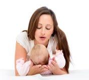 使用与她的小婴儿的快乐的母亲 库存图片
