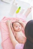 使用与她的母亲的愉快的婴孩在bahted以后 图库摄影