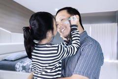 使用与她的父亲的孩子在卧室 库存图片