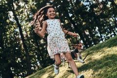 使用与她的狗 免版税图库摄影