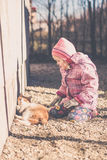 使用与她的猫的小女孩 免版税库存图片
