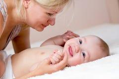使用与她的男婴的愉快的母亲 图库摄影