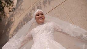 使用与她的雪白礼服的美丽的少女 她做它在照相机 影视素材