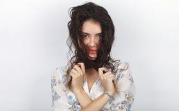 使用与她长的棕色健康卷曲结辨的头发的年轻可爱的新鲜的看起来的深色的妇女秀丽画象  情感和 免版税图库摄影