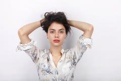 使用与她长的棕色健康卷曲结辨的头发的年轻可爱的新鲜的看起来的深色的妇女秀丽画象  情感和 图库摄影
