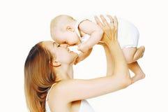 使用与婴孩的快乐的母亲获得在白色的乐趣 免版税库存照片