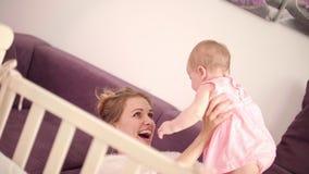 使用与婴孩的美丽的妈妈 无忧无虑的家庭 快乐的妇女满意对婴孩 影视素材