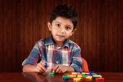 使用与字母表的一个小孩子 库存图片