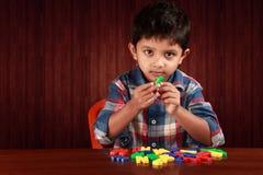 使用与字母表的一个小孩子 库存照片