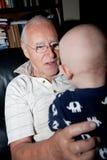 使用与孙子的祖父 免版税库存照片