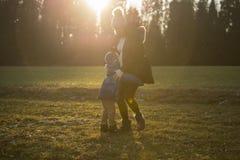 使用与孩子的孕妇户外 免版税库存照片