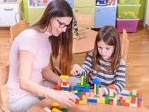 使用与孩子的幼儿园老师 库存照片