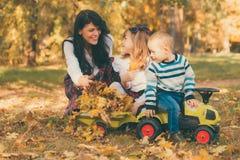 使用与孩子的母亲在公园 免版税库存图片