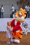 使用与孩子的老虎衣服的设计卡通者 免版税库存照片