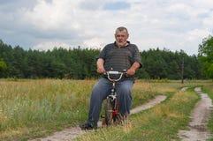 使用与孩子自行车的人 免版税库存照片