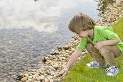 使用与小卵石的孩子 免版税库存照片