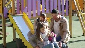使用与小女儿的愉快的父母 股票录像