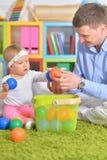使用与小女儿的父亲 免版税库存图片