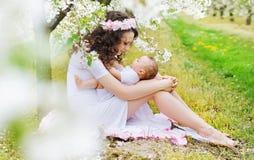 使用与小女儿的迷人的妈妈 免版税库存照片