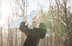使用与小孩儿子男孩的愉快的父亲在冬天 库存图片