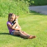 使用与小狗的小女孩 库存照片