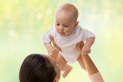 使用与小男婴的愉快的母亲 免版税库存图片