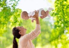 使用与小男婴的愉快的母亲 库存图片