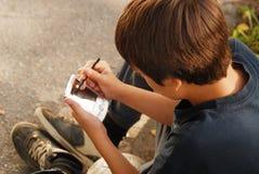 使用与小配件的男孩 免版税库存照片