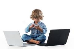 使用与巧妙的电话的小男孩 免版税库存图片