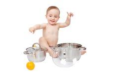 使用与平底锅和桔子的滑稽的孩子 免版税库存图片
