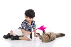 使用与平纹小猫的逗人喜爱的亚裔男孩 免版税库存照片