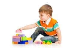 使用与建筑集的逗人喜爱的儿童男孩 免版税图库摄影
