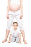 使用与怀孕的母亲的逗人喜爱的男孩 免版税库存图片
