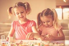 使用与您的姐妹是更好然后单独的 库存图片
