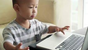 使用与手提电脑的孩子 股票录像