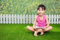 使用与手机的亚裔矮小的中国女孩 库存照片