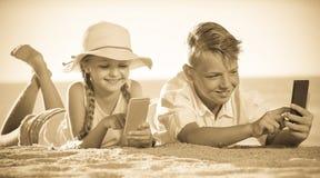 使用与手机的孩子 库存照片