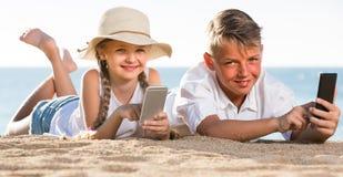 使用与手机的孩子 库存图片