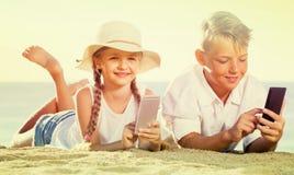 使用与手机的孩子 图库摄影