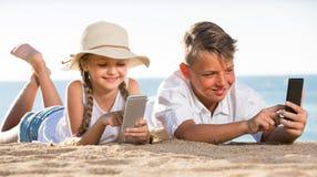 使用与手机的孩子 免版税图库摄影