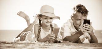 使用与手机的孩子 免版税库存照片